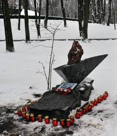 Пам'ятник знак на місці, не спалив себе Олекса Гірник