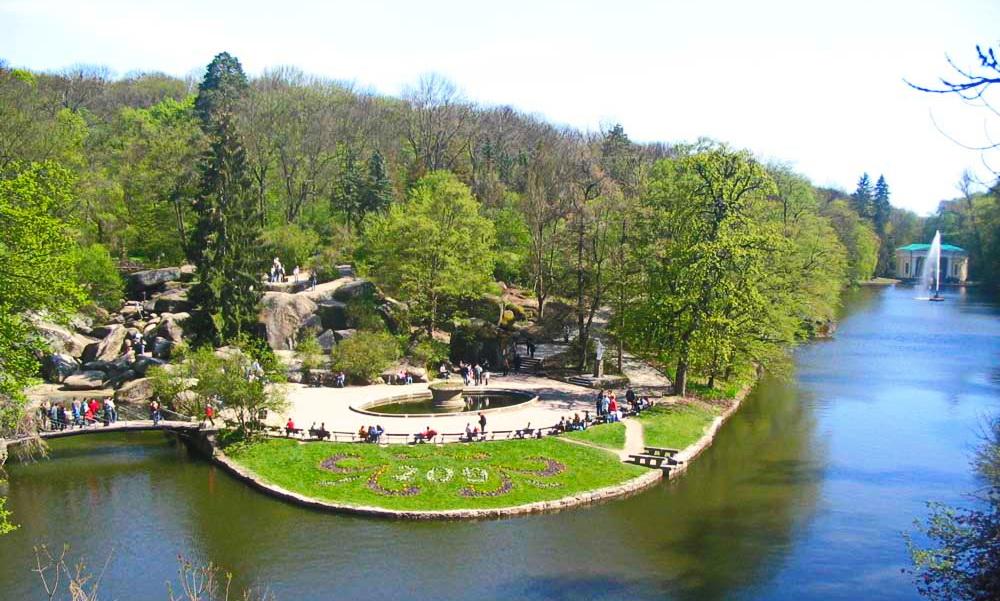 5dd1d524ea4947 Дендропарк Софіївка у Черкаській області є одним з найвідоміших в Україні  парків. Він був заснований у 1796 р., власником міста Умані, польським  магнатом ...