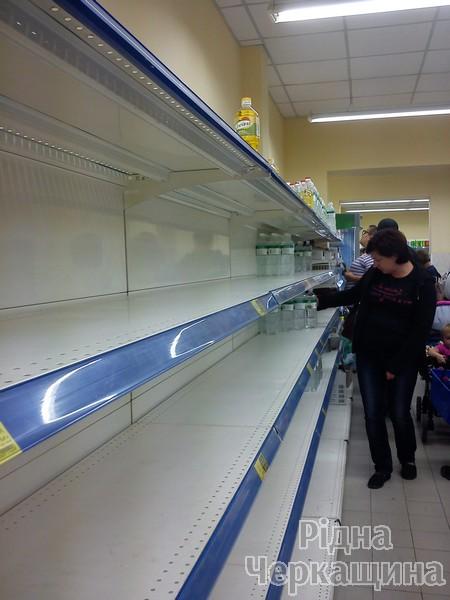 """Як АТБ """"совок"""" у Черкасах відроджував: у чергах за дешевими товарами люди ламали двері магазинів (ФОТО) (фото) - фото 4"""