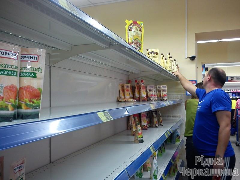 """Як АТБ """"совок"""" у Черкасах відроджував: у чергах за дешевими товарами люди ламали двері магазинів (ФОТО) (фото) - фото 3"""