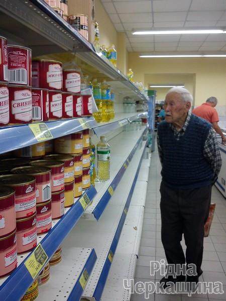 """Як АТБ """"совок"""" у Черкасах відроджував: у чергах за дешевими товарами люди ламали двері магазинів (ФОТО) (фото) - фото 5"""