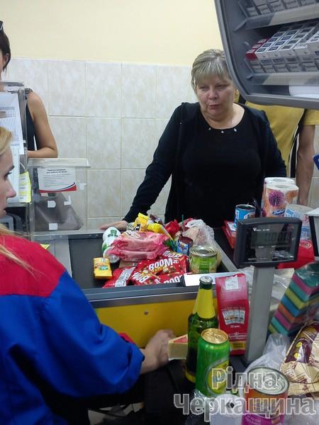 """Як АТБ """"совок"""" у Черкасах відроджував: у чергах за дешевими товарами люди ламали двері магазинів (ФОТО) (фото) - фото 6"""