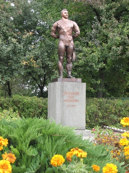 Пам'ятник Піддубному у його рідному селі. Фото: Фото надані Любов'ю Карнарук