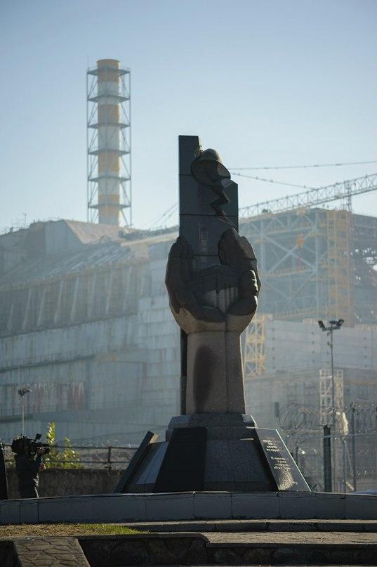 """Героям професіоналам тим, хто захистив світ від ядерної біди. На відзначення 20-ти річчя спорудження об'єкту """"Укриття"""". 2006 рік"""