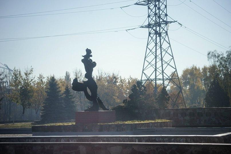 Пам'ятник навпроти четвертого енергоблоку ЧАЕС