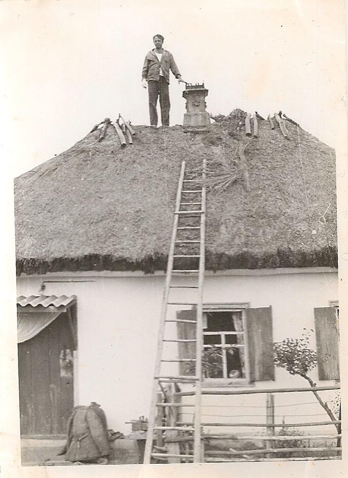 Фото з будинку Гарбузенко (Заболотньої – дівоче) Марії Іванівни (1932 р.н.) з с. Розсошинці Чигиринського району. Чоловік на даху хати. Ремонт покрівлі.