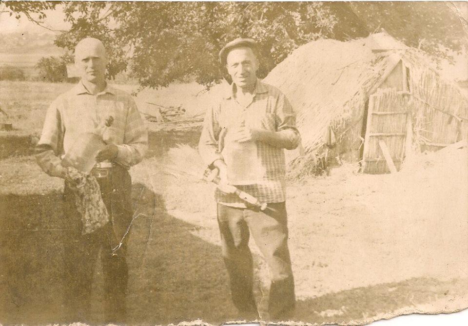 Фото з будинку Науменко (Дивнич – дівоче) Мотрі Павлівни (1925 р.н.). с. Розсошинці Чигиринського району. Самогонщики.