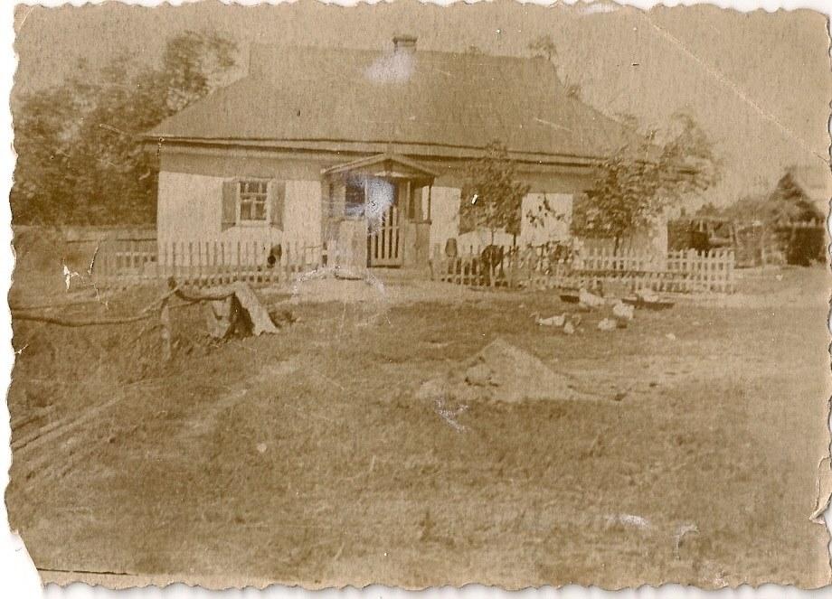 Фото з будинку Науменко (Дивнич – дівоче) Мотрі Павлівни (1925 р.н.). с. Розсошинці Чигиринського району. Хата під бляхою.