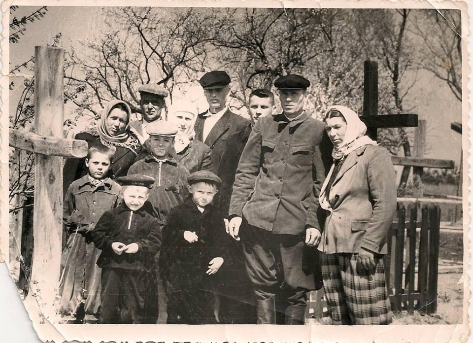Фото з будинку Науменко (Дивнич – дівоче) Мотрі Павлівни (1925 р.н.). с. Розсошинці Чигиринського району. Поминальні дні.