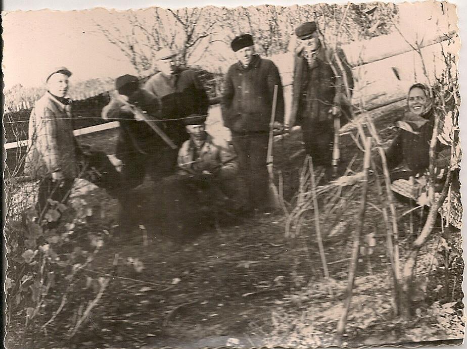 """Фото з будинку Науменко (Дивнич – дівоче) Мотрі Павлівни (1925 р.н.) з с. Розсошинці Чигиринського району. Мисливці з трофеями. Зворот: напис: """"1960""""."""