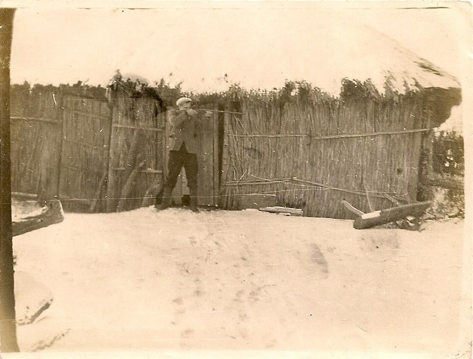 Фото з будинку Науменко (Дивнич – дівоче) Мотрі Павлівни (1925 р.н.). с. Розсошинці Чигиринського району. Чоловік з рушницею біля клуні