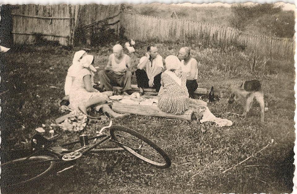 Фото з будинку Науменко (Дивнич – дівоче) Мотрі Павлівни (1925 р.н.). с. Розсошинці Чигиринського району. Святкуємо.