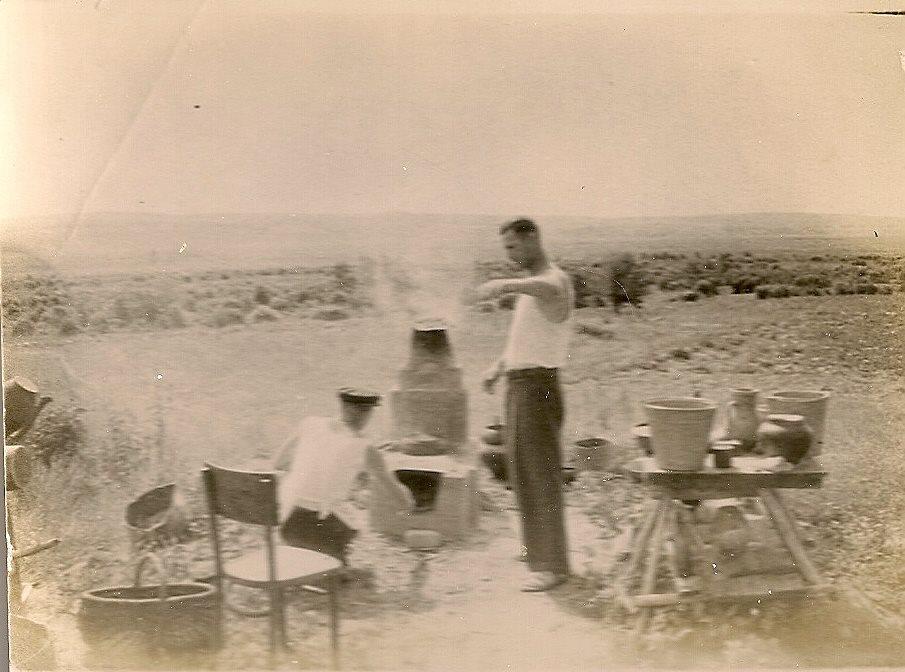 Фото з будинку Науменко (Дивнич – дівоче) Мотрі Павлівни (1925 р.н.). с. Розсошинці Чигиринського району. Старе село. Двоє чоловіків біля плити.