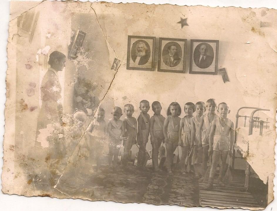 Фото з будинку Харченко Домахи Платонівни з с. Розсошинці Чигиринського району. У дитячому садочку.