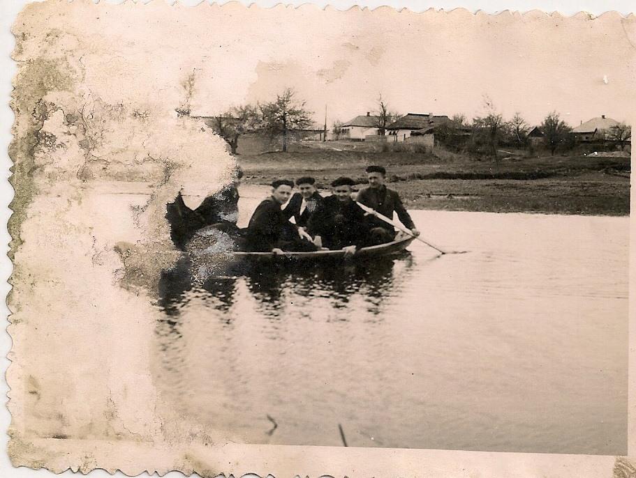 Фото з будинку Харченко Домахи Платонівни з с. Розсошинці Чигиринського району. Чоловіки на човні на Тясмині.
