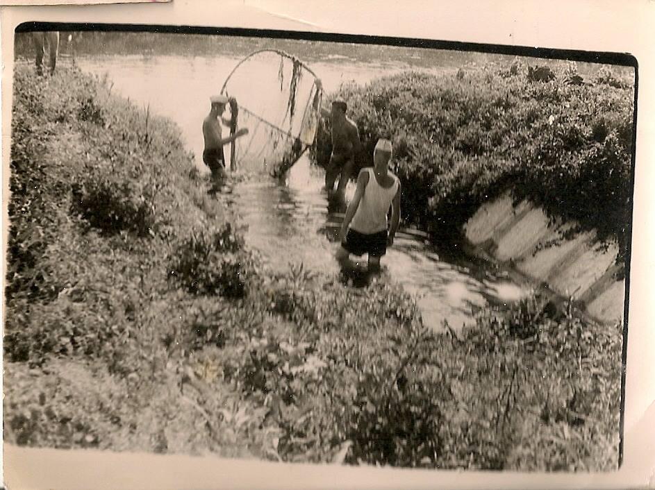 """Фото з будинку Науменко (Дивнич – дівоче) Мотрі Павлівни (1925 р.н.). с. Розсошинці Чигиринського району. Рибалки на Тясмні. Зворот: Напис олівцем: """"19.ІХ.63 р. Розсошенці""""."""
