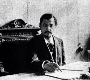 Сергій Шелухін у робочому кабінеті