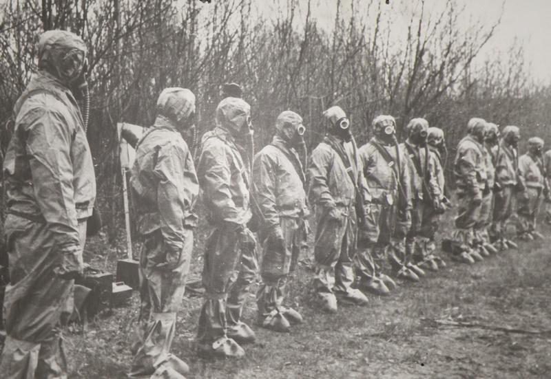 Група ліквідаторів у захисних костюмах. Фото uk.wikipedia.org