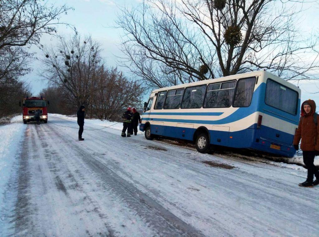 У Коломийському районі автобус із 50-ма пасажирами заїхав у кювет